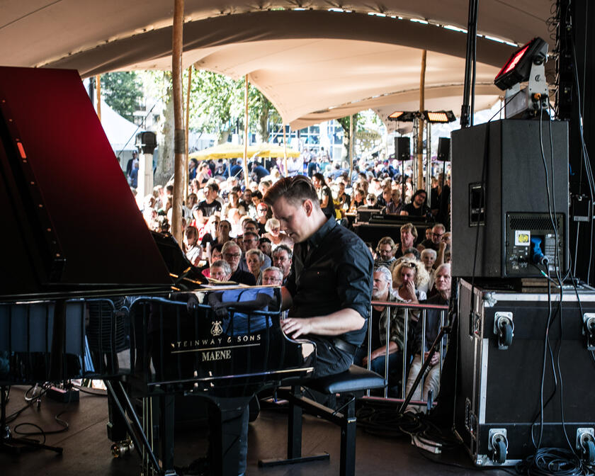Pianospeler op podium van Jazz in 't park in Gent
