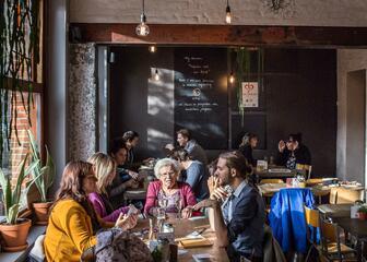 Mensen lunchen in een trendy interieur